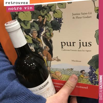 Quand un client rentre à la cave À l'ombre d'un bouchon (Paris 14) avec la BD Pur Jus dans les ma...