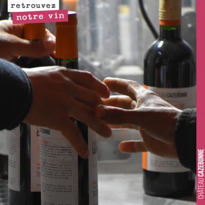Tout un travail d'équipe pour étiqueter la cuvée Entre amis 2017. Les métiers de la vigne et du v...