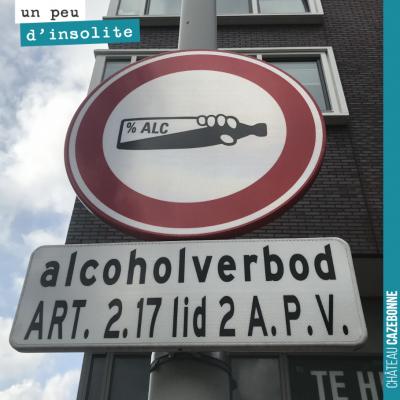 Vu dans une rue d'Amsterdam. Vous en comprenez la signification ? Interdit de boire à la bouteill...