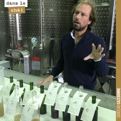 On écoute avec attention les conseils de notre œnologue Nicolas Jamin, suite à la dégustation de ...