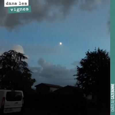 Une petite éclaircie qui nous laisse entrevoir la lune.