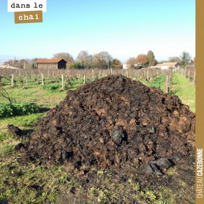 On dispose les tas de composts en attendant que les sols sèchent, après les pluies de novembre. A...
