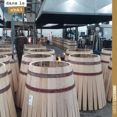 Barriques prêtes à la chauffe dans la tonnellerie Radoux.