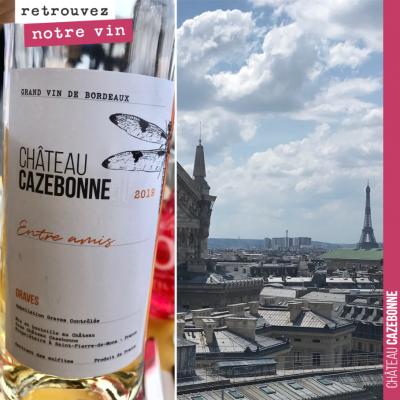 Boire une bouteille d'Entre amis blanc sur la Terrasse Rooftop des Galeries Lagayette à Paris, qu...