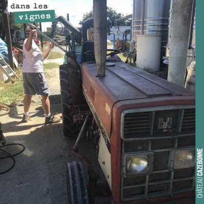 Note vieux tracteur International qui permet à David de traiter dans notre parcelle des Cluchets ...